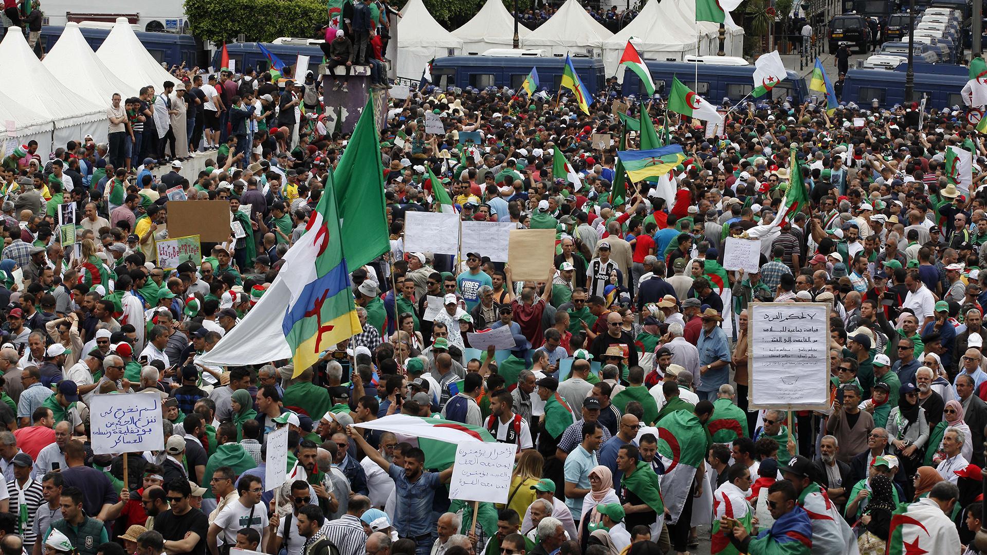 الجزائر .. تواصل الحراك للجمعة الرابعة عشرة